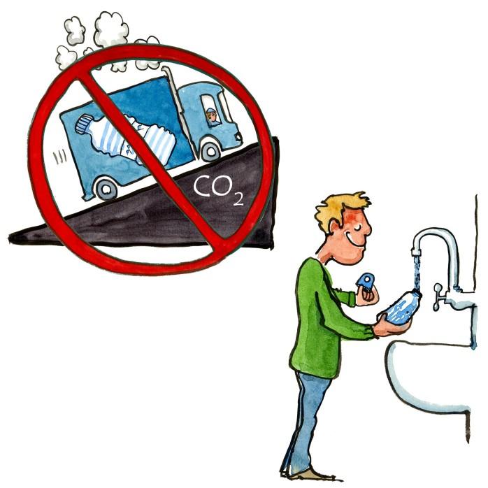 mand bruger vand fra vandhanen istedet for plastflaske vand illustration af Frits Ahlefeldt